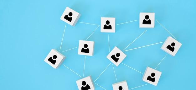 조직 구조, 팀 빌딩, 채용, 비즈니스 관리 및 인적 자원 개념. 서로 연결된 나무 큐브에 사람 아이콘.