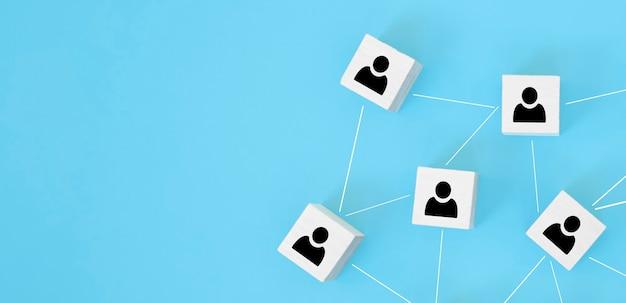 組織構造、チームビルディング、採用、経営管理、人事の概念。互いにリンクされている木製の立方体の人のアイコン。