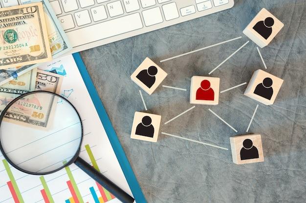 Организационная структура, построение команды, подбор персонала, управление и концепции человеческих ресурсов. иконы человека на деревянных кубиках связаны друг с другом.