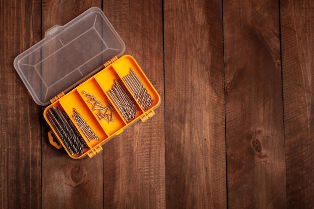 工具、建材用ノズルを収納するオーガナイザー。ドリルノズル、ドライバーを備えたセル。