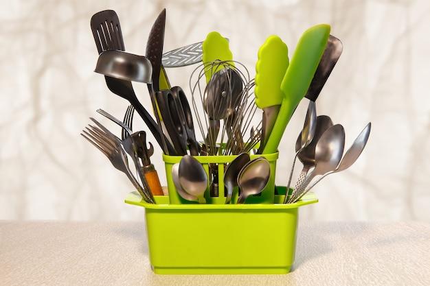 주방 주최자. 손에 모든 도구.