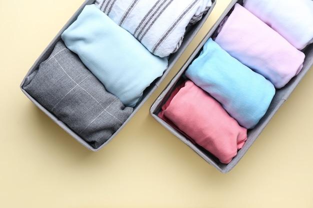베이지 색에 깨끗한 옷이있는 주최자