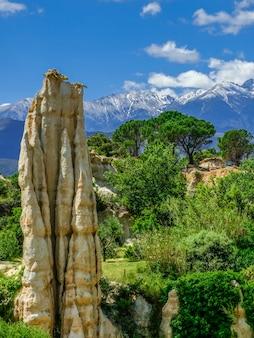 Природный парк orgues d'ille sur tet с голубым небом и облаками, лангедок-руссильон, франция