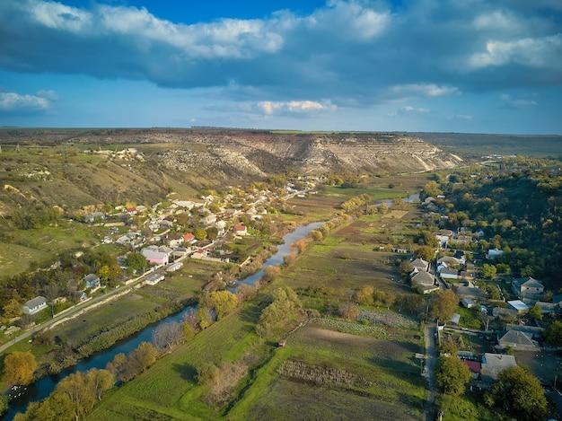 몰도바의 오르헤이울 베치 언덕과 강 풍경. 몰도바의 butuceni와 trebujeni 마을에 있는 raut 강 계곡. 유명한 관광지 . 언덕 위의 교회