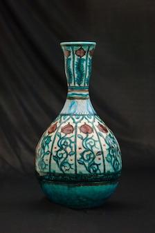 黒の背景のクローズアップにオリエンタルアンティークセラミック花瓶