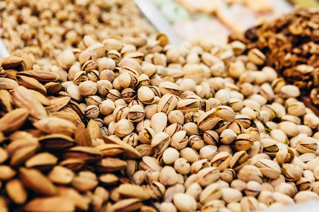 Витрина восточного базара с множеством орехов, сладостей и сухофруктов