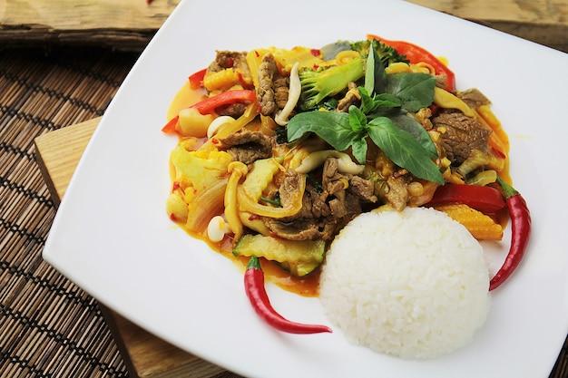 中国の箸と白いプレートに野菜とご飯とオリエンタルビーフ
