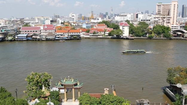 チャイナタウン近くのバンコクで晴れた日にチャオプラヤー川に浮かぶオリエンタルボート。上から。
