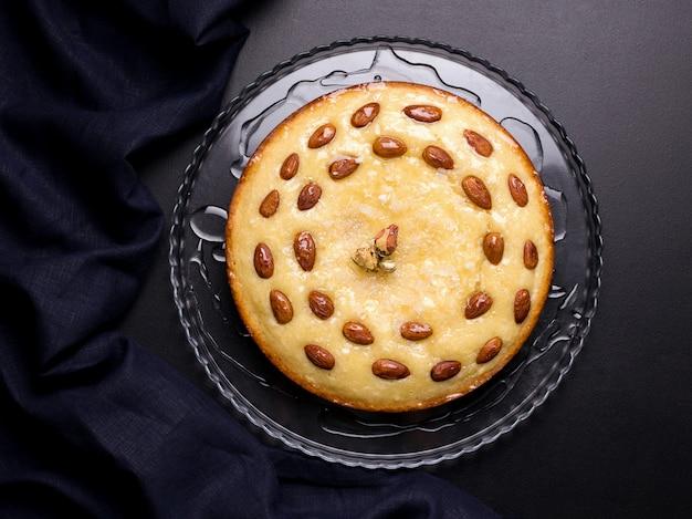 黒の背景にセモリナアラビア語のbusbusパイに基づく東洋の菓子
