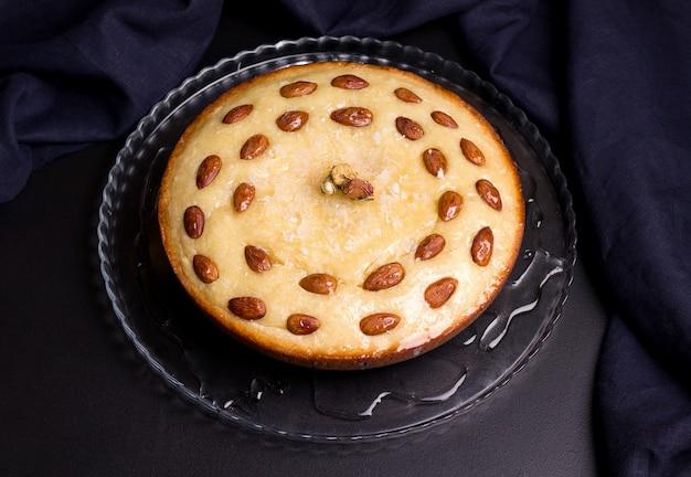 透明板にシロップを注いだセモリナアラビア語バスブスパイに基づく東洋の菓子