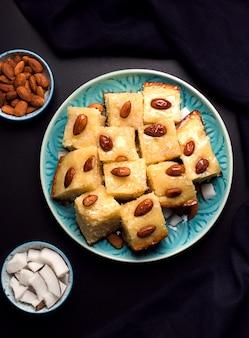 シロップ、ココナッツ、アーモンドのアラビア語バスバスとオリエンタル料理菓子セモリナパイ