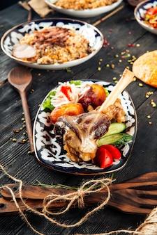 Восточная кухня баранья ножка и узбекское блюдо плов