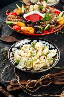 Восточные блюда грузинские пельмени чучвара Premium Фотографии