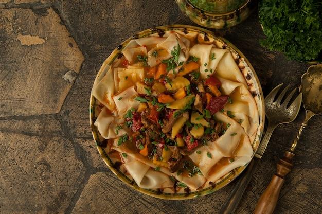 Восточные блюда на декоративной старинной плитке. блюдо из теста