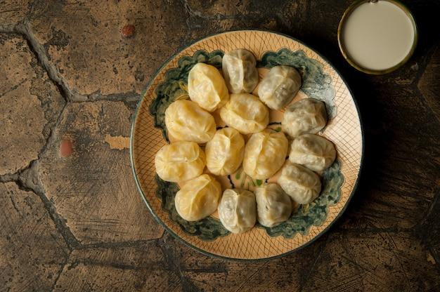 오래 된 장식 타일에 동양 요리입니다. 장식용 오래된 포장 돌에서 시험 중인 고기