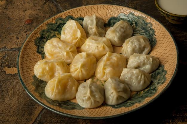 Восточные блюда на старинной декоративной плитке. мясо в тесте на старинной декоративной брусчатке