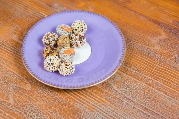 견과류를 곁들인 동양 말린 과일, 접시에 터키 과자