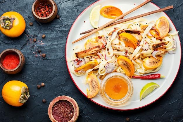 オリエンタル料理、麺、柿、なすのサラダヘルシーなアジアンサラダ