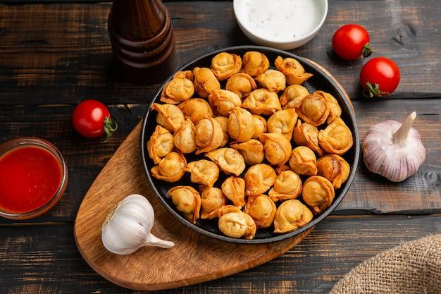ひき肉入りオリエンタル揚げ餃子は、ぎょうざ、点心、餃子、モモ、トルテリーニとも呼ばれます。