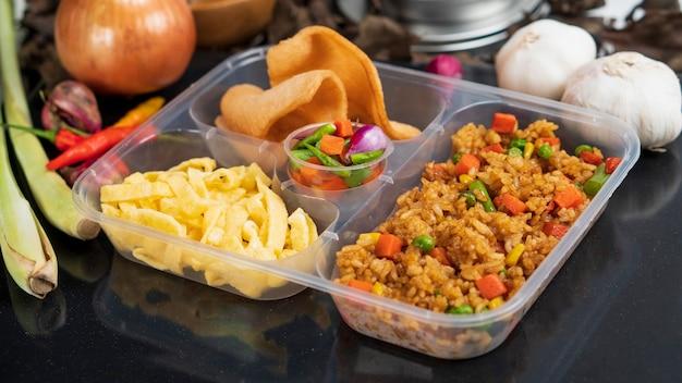 Восточный жареный рис - традиционный индонезийский продукт для коммерческой упаковки.