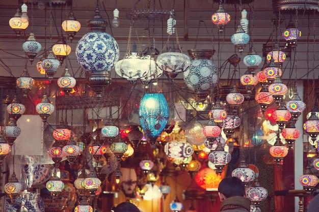 터키 시장의 오리엔탈 램프
