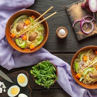 밀 배아와 동양 국수 스프.
