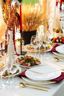 동양 야외 연회 축제 테이블 제공
