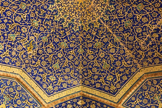 Jamehabbasiモスクの天井にある東洋の模様
