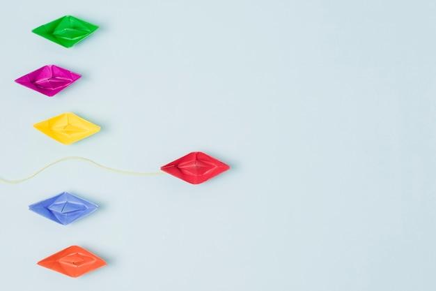 Concetto di leadership di barche origami