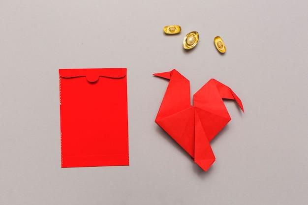 赤い封筒の近くの折り紙