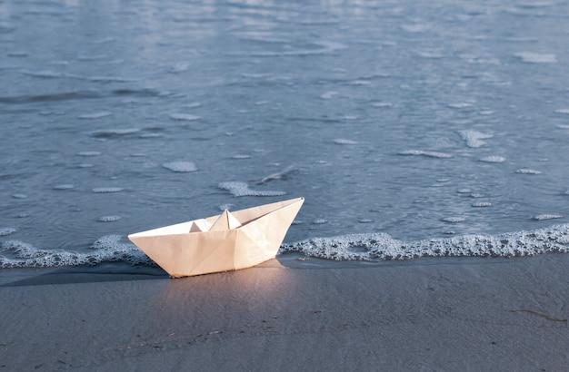 바다로 여행을 떠나는 종이접기 종이 범선