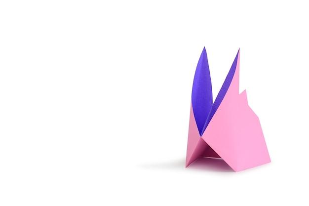 Кролик оригами, изолированные на белом фоне студии. изображение с обтравочным контуром и копией пространства