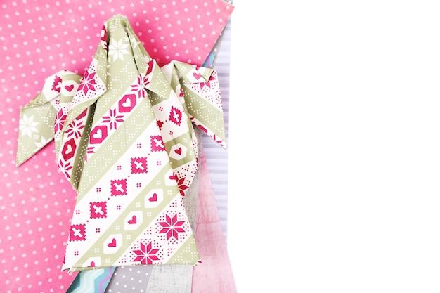 折り紙のクリスマスの天使と白で隔離のカラーペーパー