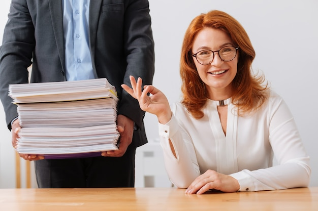 Оригинально мотивированная умная дама с энтузиазмом выполняет все поручения