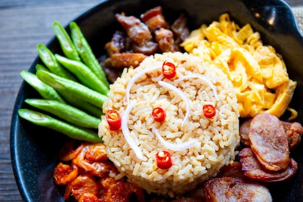 Оригинальная тайская еда. жареные рисовые креветки крупным планом.