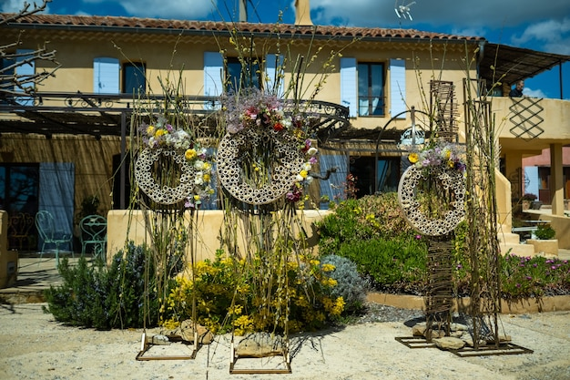 プロヴァンスの別荘の近くの通りでの結婚式でのオリジナルの結婚式の装飾フランス