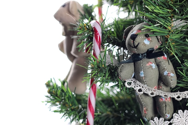 孤立したクリスマスツリーのクローズアップの飾りおもちゃ