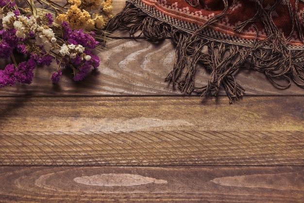 花束の近くに装飾毛布