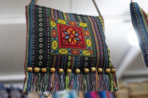 기념품 가게에 장식된 수제 전통 캔버스 핸드백. 고품질 사진