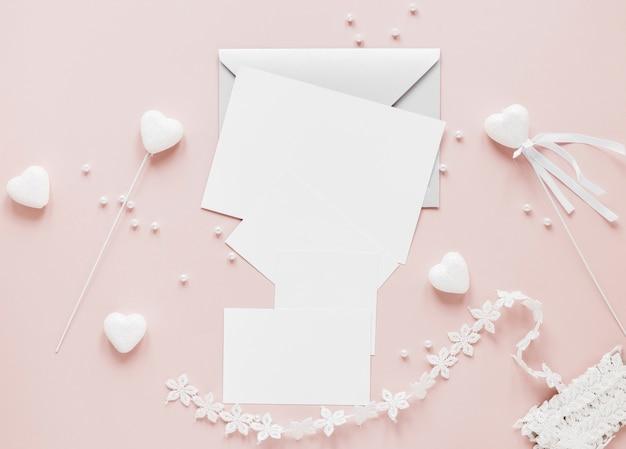 装飾品と結婚式の招待状