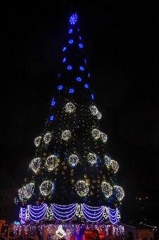 Изысканная елка с подсветкой в центре города