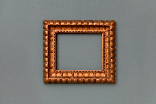 Изысканная золотая пустая рамка, висящая по центру зеленой стены, с пространством для художественных работ, картин или картин
