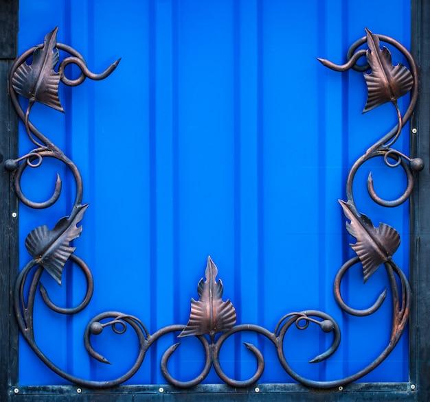 Изысканные кованые элементы украшения металлических ворот