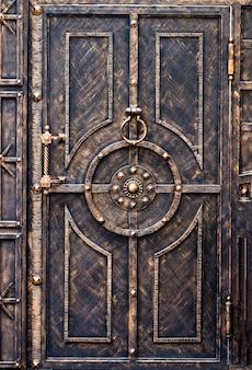 Изысканные кованые элементы декора металлических ворот.