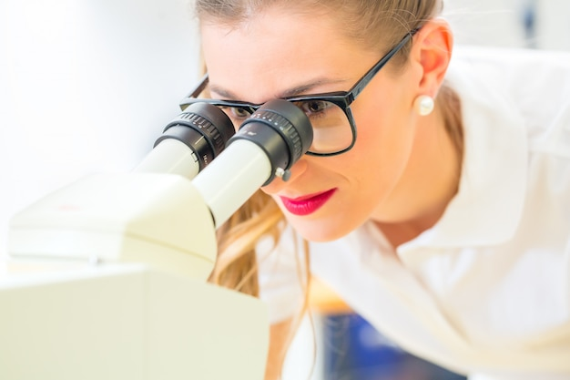 현미경과 분쇄기로 작업하는 치열 교정