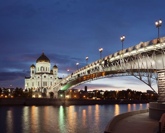 モスクワ川のほとりにある夕暮れ時の救世主キリスト正教会大聖堂モスクワロシア