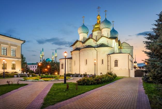 저녁 빛에 파란색 돔이 있는 카잔 크렘린의 정교회 대성당