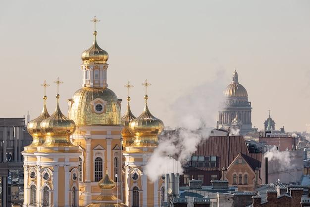 상트 페테르부르크 중심에 황금 돔이있는 정교회 성당.