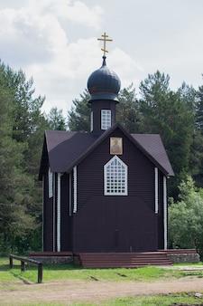 晴れた夏の朝の正教会。ロシア、ヴェリコレツコエの村、キーロフ地方。ベリコレツキーの宗教行列