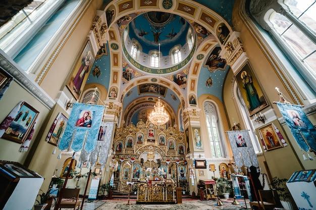 정교회. 교회 아이콘, 종교. 기독교. 중앙에서 교회, 교회 왕좌, 제단.